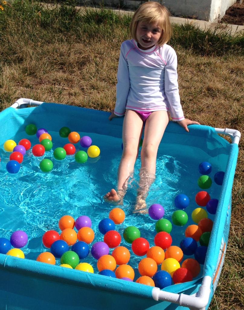 Lizzieinswimmingpool2015